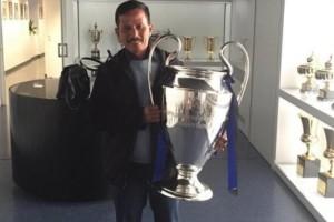 Pelatih Persib Bandung Pamer Foto Memeluk Tropi Liga Champions