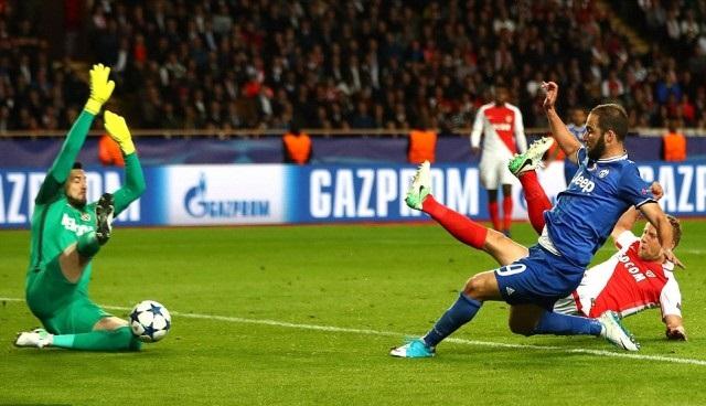 Alves melepas umpan silang yang diselesaikan oleh Higuain